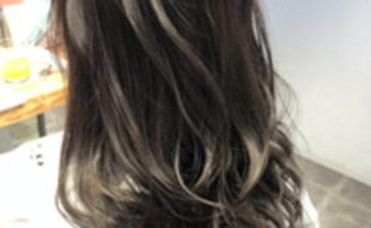 暗髪パーマの女性