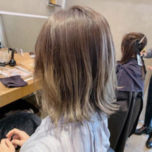 グラデーションヘアの女性