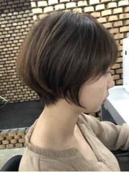 アルミのあるショートヘアの女性の横顔