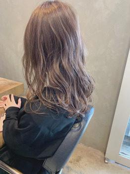 ベージュの髪色の女性