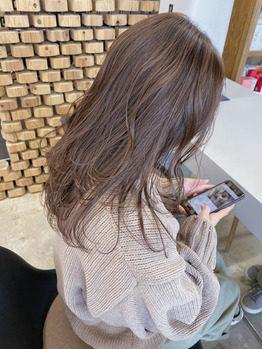 ピンクブラウンの柔らかい髪色のロングヘアーの女性