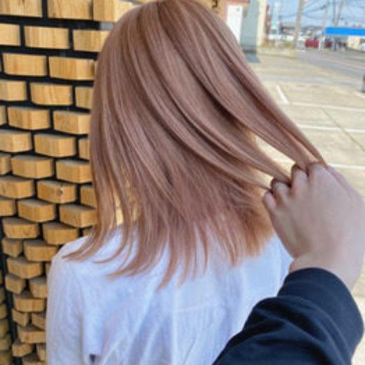 ハイトーンの髪色の切りっぱなしボブヘアの女性