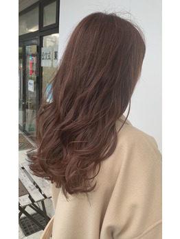 ピンクブラウンの髪色のロングヘアの女性