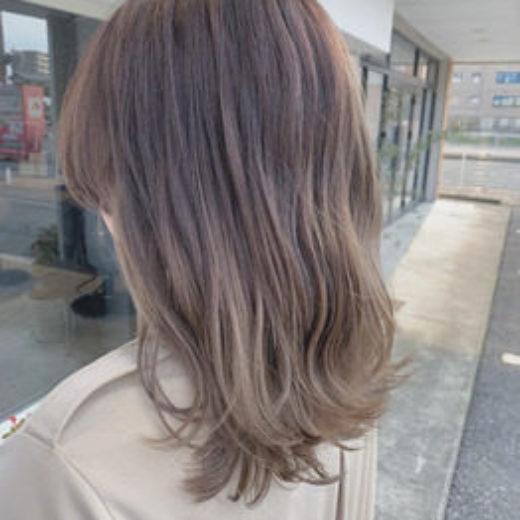 毛先にかけて髪色が明るい女性