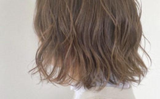 栗色の髪の外ハネボブの女性