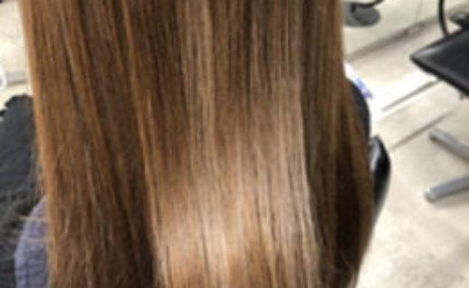 明るい髪色でつやつやのロングヘアーの女性